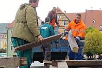 Pracovníci Chebských technických služeb začali včera s montáží základů pro stavbu betléma na chebském náměstí Krále Jiřího.