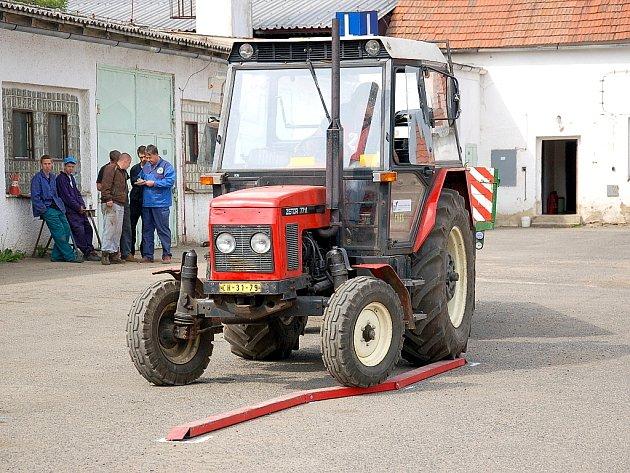 Celkem patnáct soutěžících z pěti středních škol západních Čech se zúčastnilo dalšího Oblastního kola jízdy zručnosti traktorem v Chebu.
