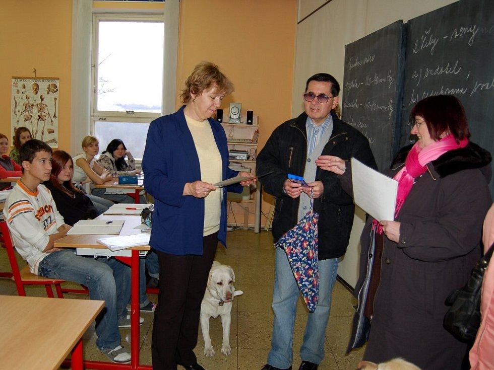 Zrakově postižení poděkovali chebským studentkám  za pomoc při sbírce Bílá pastelka