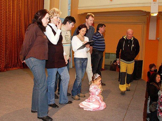 Ocenění nejlepší sportovec si převzali mladí sportovní nadšenci z Aše z rukou místostarosty Pavla Klepáčka. Pak následoval dětský maškarní ples.