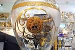 Celníci objevili falzifikáty sklářských a porcelánových výrobků značky Versace.