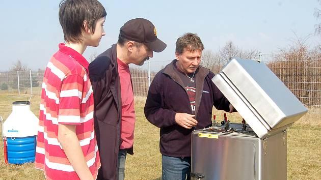 VEDOUCÍ METEOROLOGICKÉ STANICE  v Chebu Karel Sojka (vpravo) ukázal návštěvníkům také přístroj na měření radioaktivity.
