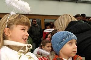 Série adventních koncertů tradičních vánočních písní a balad u kamenného Betlému v parku hotelu Krakonoš začala. Jako první vystoupil Dětský folklórní soubor Marjánek.