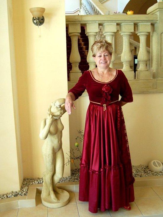 TAKÉ KVĚTA BRTVOVÁ  z Františkových Lázní vítá hosty na Kamenném Dvoře ve stylovém oblečení.