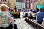Oslavy 950. let od první písemné zmínce o Chebu zahrnovaly několik akcí. Jednou z nich bylo i vystoupení mažoretek na chebském náměstí.