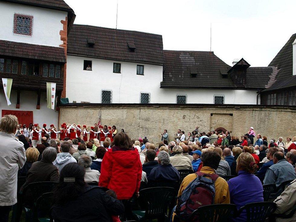 HRAD SEEBERG O VÍKENDU ožil Seebergskými hrami. Diváky bavila hudba, šermířské souboje, ale také třeba tance. Zahájení sezony na Seebergu si nenechalo ujít téměř 600  lidí.