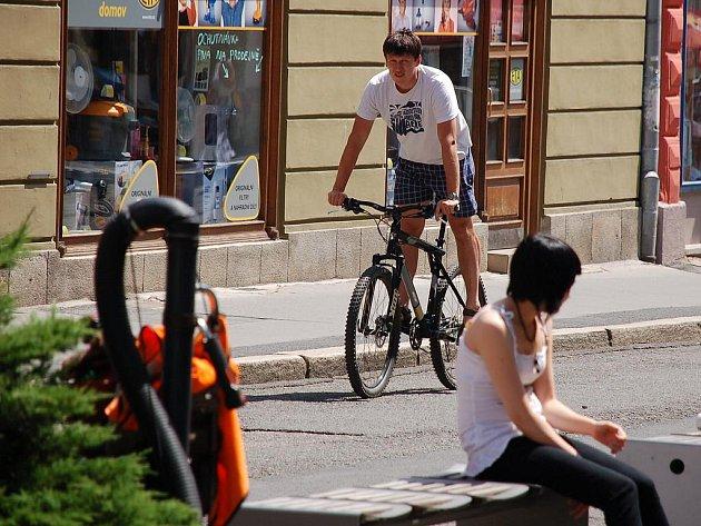Mnozí cyklisté si s předpisy hlavu nelámou. Nejen, že mívají často špatně vybavené kolo, ale objevují se i tam, kde by neměli, ať už se jedná o jednosměrky či pěší zónu.