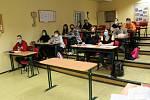 Maturanti zdravotnických oborů na Střední zdravotnické a vyšší odborné škole v Chebu opět po několika týdnech usedli do lavic.