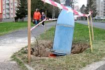 STARÉ A ZREZIVĚLÉ lampy veřejného osvětlení na chebském sídlišti Skalka nechalo vyměnit za nové město Cheb. Náklady se vyšplhaly na dvě stě tisíc korun.