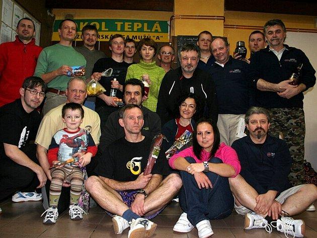 Mariánskolázeňští účastníci kuželkářského turnaje v Teplé i s cenami, které si nakonec vybrali.