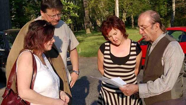 Před začátkem slavnostního večera Alenka Vávrová (druhá zprava) dolaďovala poslední detaily