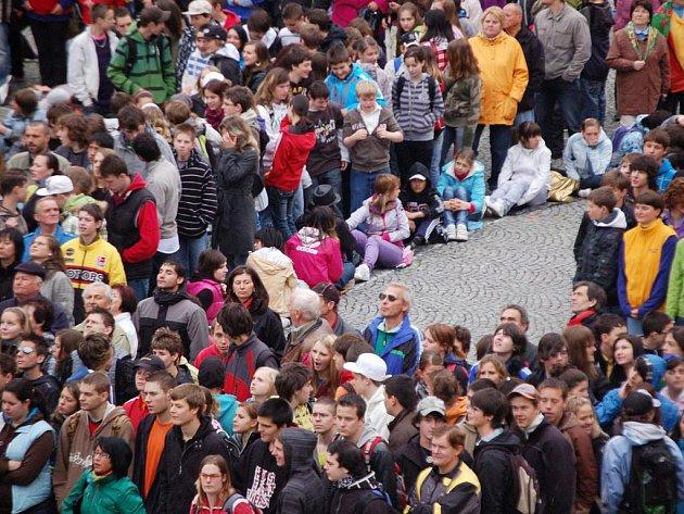 Celkem devět set padesát lidí se před dvěma týdny kvůli výročí města shromáždilo na chebském náměstí Krále Jiřího z Poděbrad. Nyní má o Chebu vzniknout i nový film.