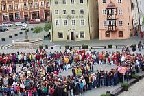 Celkem devět set padesát lidí se v květnu shromáždilo na chebském náměstí Krále Jiřího z Poděbrad. Všichni sem přišli s jediným cílem, vytvořit svými těly číslici 950. To se nakonec podařilo a lidé vytvořili nový rekord.