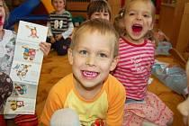 Studenti karlovarské zdravotnické školy ukázali dětem správnou techniku čištění zubů.