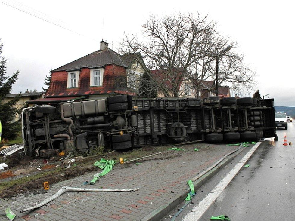 Kamion skončil ve dvoře jednoho z rodinných domů v Drmoule.