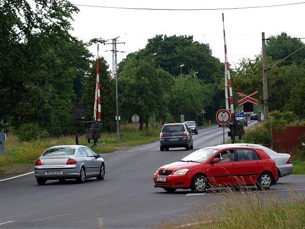 NEPŘÍJEMNÝ ZÁŽITEK MĚL čtenář Josef Násler na železničním přejezdu za Františkovými Lázněmi směrem na Hazlov u odbočky na Vojtanov.