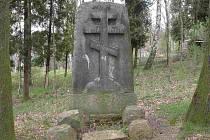 Pomník ze hřbitova válečných zajatců v Chebu
