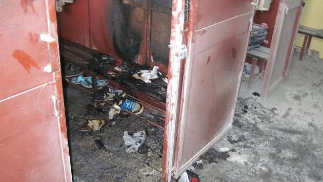 ŠATNY v základní škole v Plesné olizovaly plameny. Na místě hořely boty, batohy a papíry.