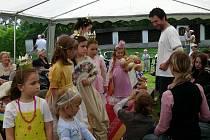 SEEBERG SE ZAPLNIL PRINCEZNAMI! V kostýmech princů a princezen  se školáci předvedli na akci Těšíme se na prázdniny. Tu pořádalo  františkolázeňské městské muzeum.