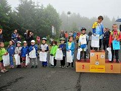 Malí cyklisté svištěli vrchem Háj.