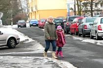 V CHEBSKÉ ULICI Do Zátiší by podle radnice neměli řidiči vůbec parkovat. Není tu totiž dodržena vzdálenost šesti metrů na projetí.