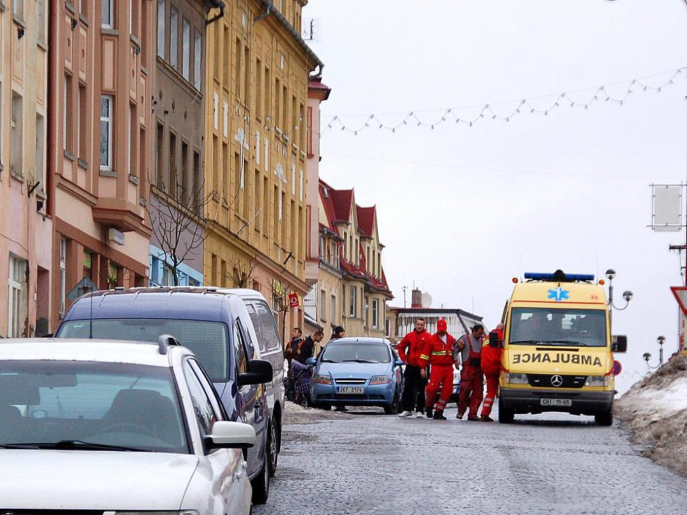 LED NA MUŽE SPADL v ašské Nádražní ulici. Záchranáři jej odvezli na chirurgii do chebské nemocnice.