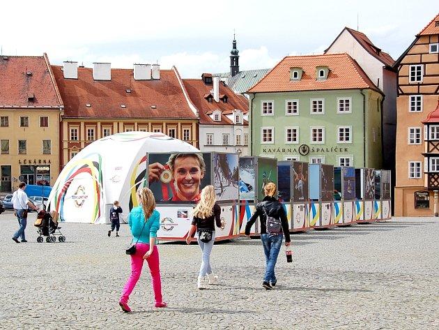 Až do čtvrtka 26. července bude na chebském náměstí Krále Jiřího z Poděbrad k vidění přehlídka velkoformátových snímků, které zachycují největší československé a české úspěchy na olympijských hrách.