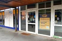 UŽ PŘES ROK  je zavřená prodejna Albert na chebském sídlišti Skalka.  Bývalý supermarket neodolal nájezdu vandalů, kteří rozbili skleněné výlohy.