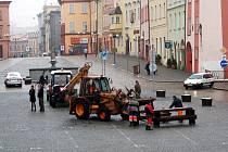 Pracovníci technických služeb začali opět na náměstí Krále Jiřího z Poděbrad rozmisťovat lavičky