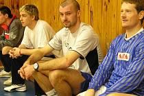 Opora karlovarského fotbalového týmu, který se připravoval  ve skalenské sportovní hale, J. Velkoborský (uprostřed).