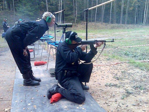 STŘELCI. Chebští strážníci se pravidelně účastní střeleckých soutěží v Karlovarském kraji a jsou úspěšní.