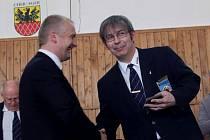 Martin Schuster (vpravo) převzal bronzovou plaketu za významnou činnost pro judistický sport.