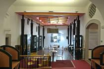 Beseda se koná v atriu loketské knihovny.