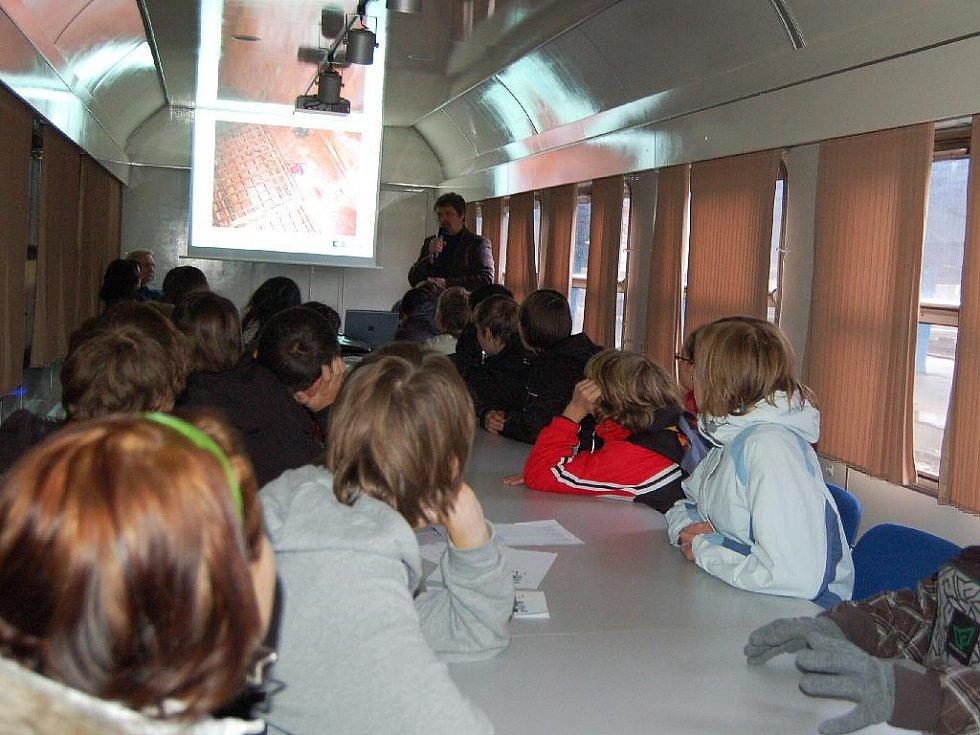 KREV STŘÍKALA OKOLO, naštěstí nebyla skutečná. Školáci a studenti z Chebska navštívili preventivní vlak Českých drah a měli možnost si vyzkoušet i první pomoc, když předtím absolvovali promítání a přednášku o rizicích na kolejích.