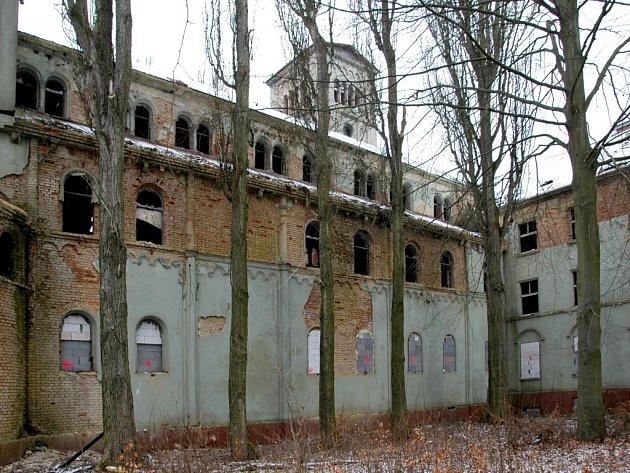 O OPUŠTĚNOU BUDOVU KLÁŠTERA se zajímá mnoho obyvatel Chebska. Co se s ní stane, však není zatím jasné.