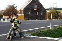 CESTOVATEL Miroslav Mondek se dostal do sporu s policisty, zda má jeho motorová koloběžka v pořádku osvětlení.