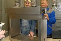 Ludvík Hess(vlevo) s Bohumilem Čejkou, jednatelem firmy, která vyrobila korpus chebského babyboxu.