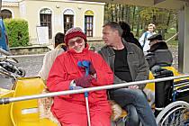 VÝLET. Chebská seniorka Jiřina Koháková se spolu se svými spolubydlícími z Domova pro seniory vydala na výlet mikrovláčkem.