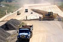 Na stavbě rychlostní silnice R6 u Dobroše na Chebsku se pilně pracuje