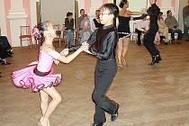 TANEČNÍCI. Tomáš Hoang Khai s Klárou Le – držitelé nejvyšší republikové třídy B v latinskoamerických tancích.