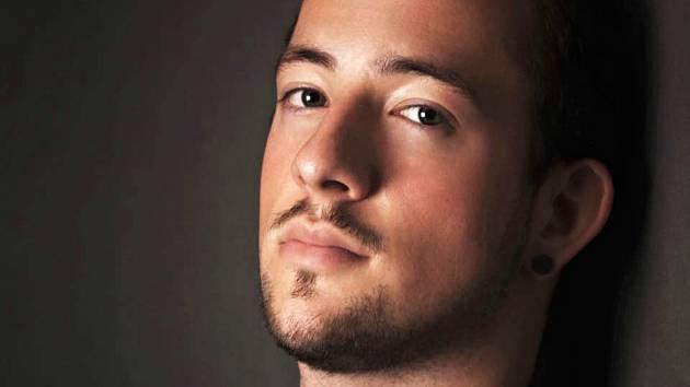 Zpěvák Nicolas Náprstek bude na novém album zpívat o šikaně i xenofobii.