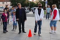 LUKÁŠ KUNA si vyzkoušel chůzi o slepecké holi.