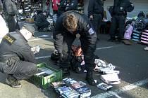 ZAVŘENO!  Při  kontrole  tržnice je běžné, že  trhovci bleskurychle svoje stánky uzavřou a opustí.  To, co zůstalo uvnitř,  lze zkontrolovat   jen se souhlasem státního zástupce.
