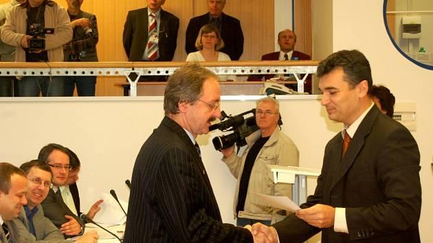 JAROSLAVU KOČVAROVI (na snímku vlevo)  hrozí, že o mandát krajského zastupitele přijde.