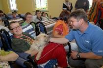 Trojice canisterapeutických psů na návštěvě u klientek Domova pro osoby se zdravotním postižením v Mnichově u Mariánských Lázní