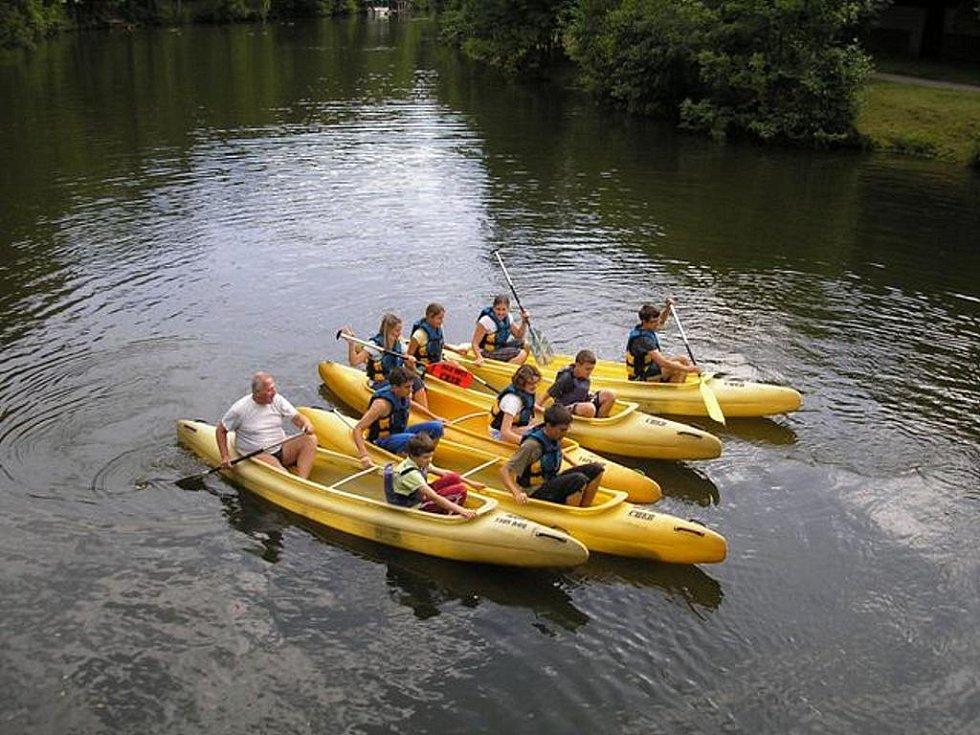 Mladí chebští vodáci z DDM Sova při výcviku na Ohři