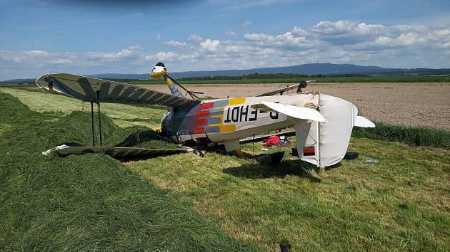 Historický dvouplošník havaroval u letiště