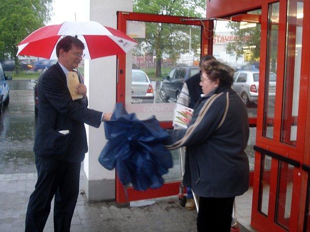 Jaromír Kohlíček diskutoval v dešti před mariánskolázeňským Penny marketem již před sedmou hodinou ráno