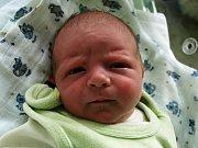 JIŘÍ KUTLÁK přišel na svět v sobotu 27. června v 5.10 hodin. Vážil 2900 gramů a měřil 49 centimetrů. Tatínek Jiří se těší doma v Mariánských Lázních na návrat maminky Lenky a synka Jiříčka, který je nositelem jména po tatínkovi.