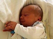 LADISLAV MATUŠKA se poprvé rozkřičel v neděli 28. června v 8.10 hodin. Na svět přišel s krásnou váhou 4000 gramů a mírou 52 centimetrů. Tříletá Anička a tatínek Ladislav se už nemohou doma v Chebu dočkat návratu maminky Petry a malého Ládíčka.